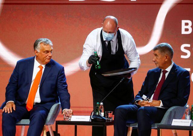 Premiér Andrej Babiš hovoří s maďarským premiérem Viktorem Orbánem v rámci Bledského strategického fóra