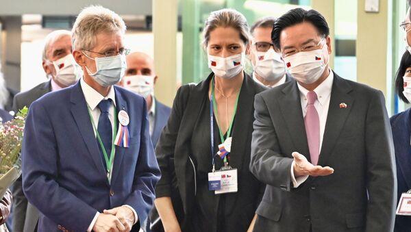 Předseda českého Senátu Miloš Vystrčil a ministr zahraničních věcí Tchaj-wanu Joseph Wu na letišti Taoyuan na Tchaj-wanu - Sputnik Česká republika