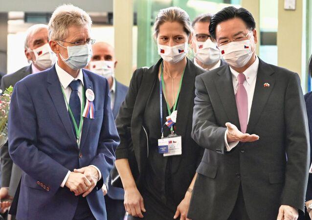 Předseda českého Senátu Miloš Vystrčil a ministr zahraničních věcí Tchaj-wanu Joseph Wu na letišti Taoyuan na Tchaj-wanu