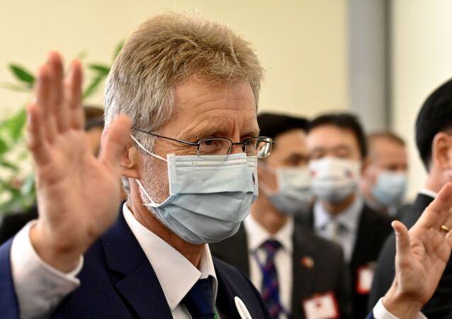 Předseda českého Senátu Miloš Vystrčil v lékařské roušce na letišti Taoyuan