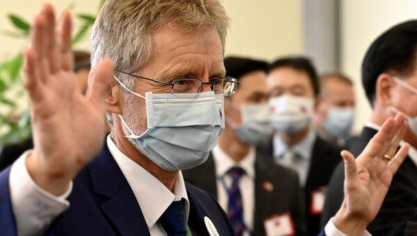 Předseda českého Senátu Miloš Vystrčil v lékařské roušce na letišti Taoyuan - Sputnik Česká republika