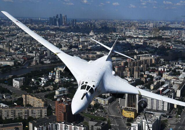 Strategický bombardér Tu-160 nad Moskvou