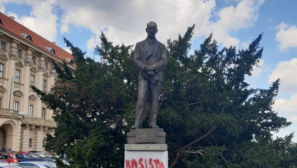 Vandalové poškodili sochu Edvarda Beneše - Sputnik Česká republika