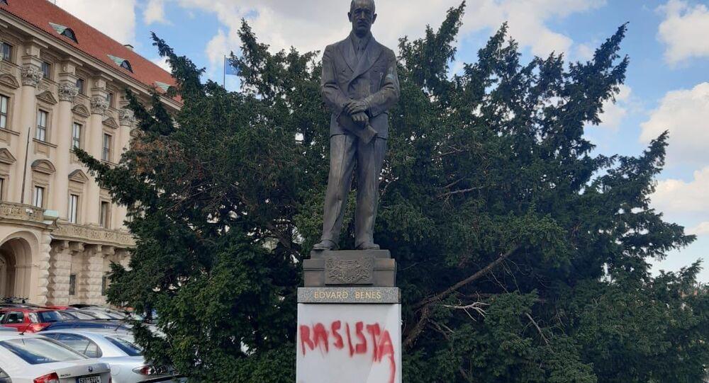 Vandalové poškodili sochu Edvarda Beneše