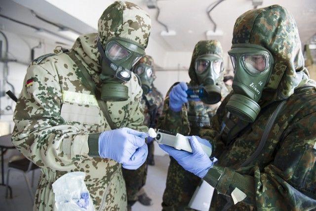 Němečtí vojáci Bundeswehru ze 750. praporu obrany CBRN (chemické, biologické, radiologické a jaderné zbraně) používají k identifikaci simulovaných chemických zbraní detektor chemických látek