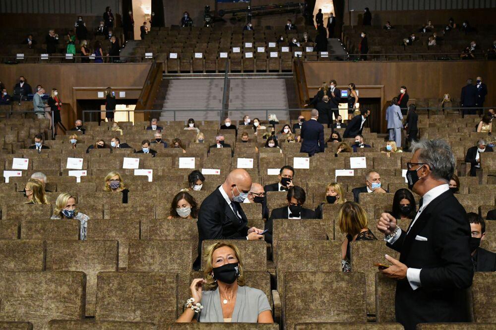 Návštěvníci zahajovací ceremonie 77. ročníku filmového festivalu v Benátkách.