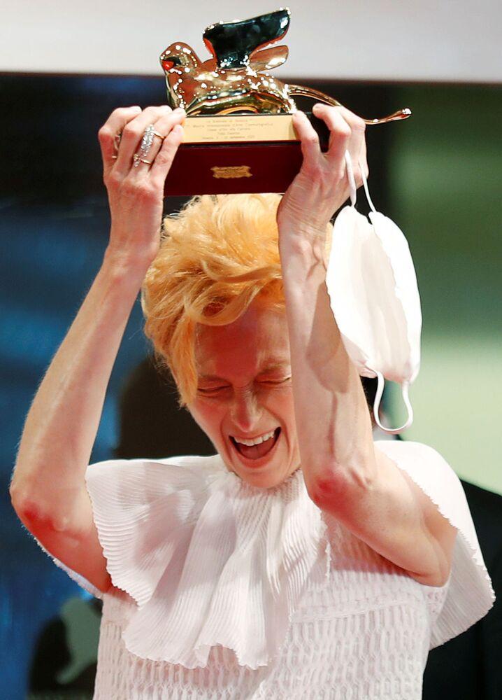 Herečka Tilda Swintonová drží cenu Zlatého lva za celoživotní dílo.