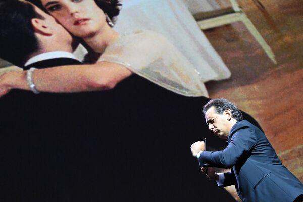 Skladatel Andrea Morricone diriguje orchestr Roma Sinfonietta na hudbu svého otce Ennio Morriconeho k filmu Tenkrát v Americe. Ennio Morricone zemřel letos 6. července ve věku 91 let. - Sputnik Česká republika
