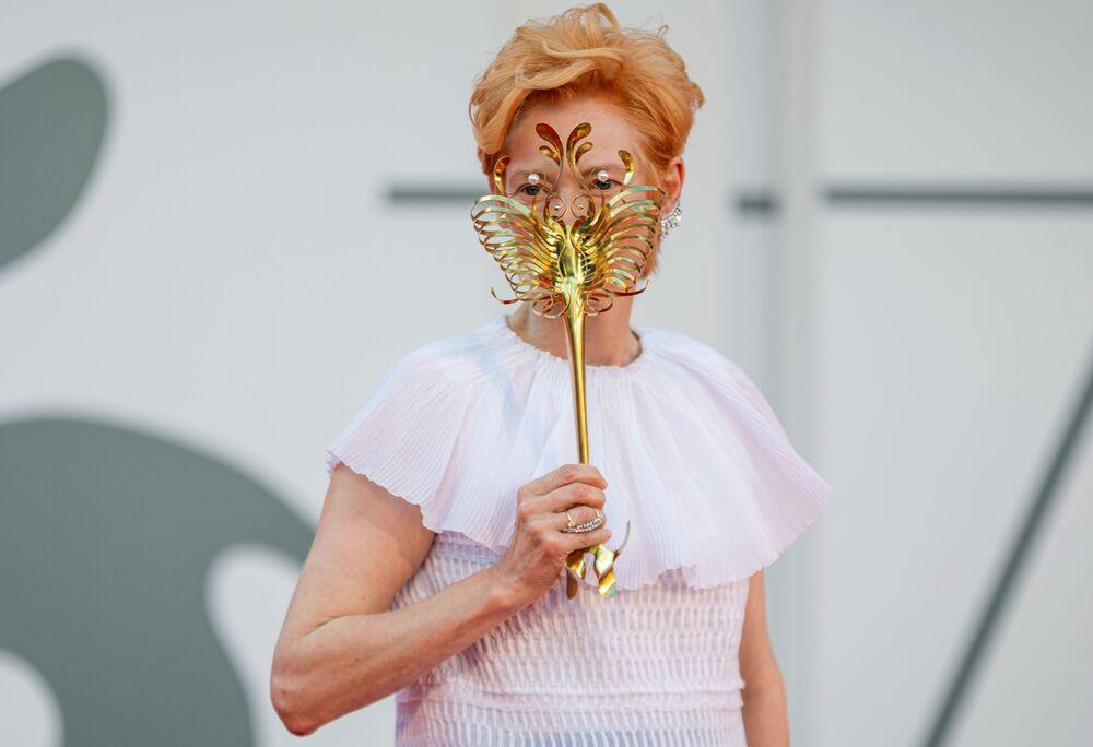 Herečka Tilda Swintonová na červeném koberci na 77. ročníku filmového festivalu v Benátkách.
