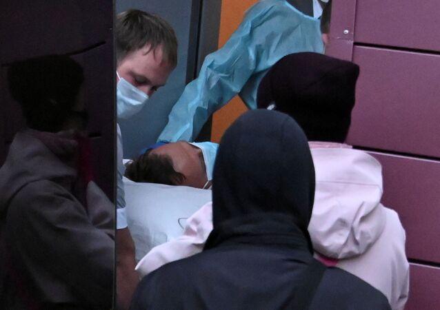 Lékaři v Omsku vezou Alexeje Navalného do nemocnice