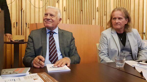 Bývalý prezident Václav Klaus a člen hnutí Trikolóra Petr Štěpánek - Sputnik Česká republika