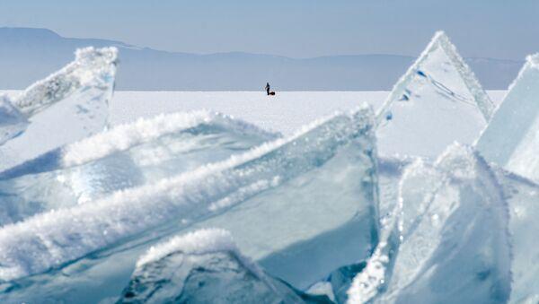 Člověk na jezeře Bajkal - Sputnik Česká republika
