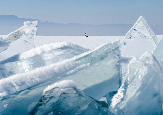 Člověk na jezeře Bajkal