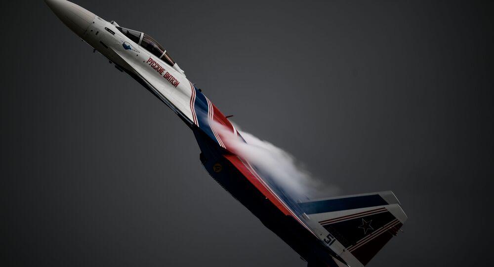 Stíhačka Su-35S provádí předváděcí let v rámci Mezinárodního fóra Army-2020 na letišti Kubinka v Moskevské oblasti