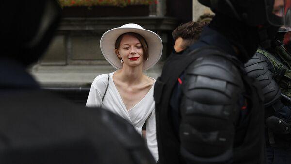 Foto: Mladá žena během protestních akcí v Minsku - Sputnik Česká republika