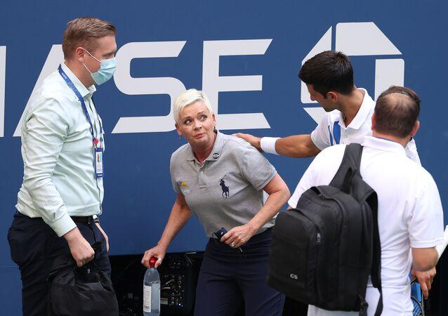 Novak Djokovič s čárovou rozhodčí na US Open