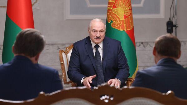 Běloruský prezident Alexandr Lukašenko během rozhovoru s ruskými novináři v Minsku - Sputnik Česká republika