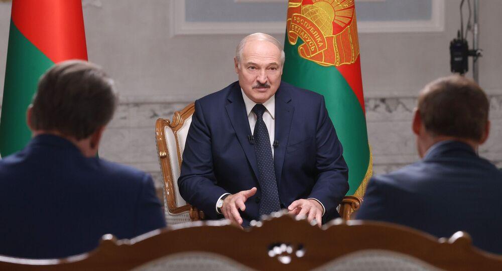 Běloruský prezident Alexandr Lukašenko během rozhovoru s ruskými novináři v Minsku