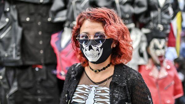 Dívka v kreativní roušce na bleším trhu El Chopo v Mexico City - Sputnik Česká republika