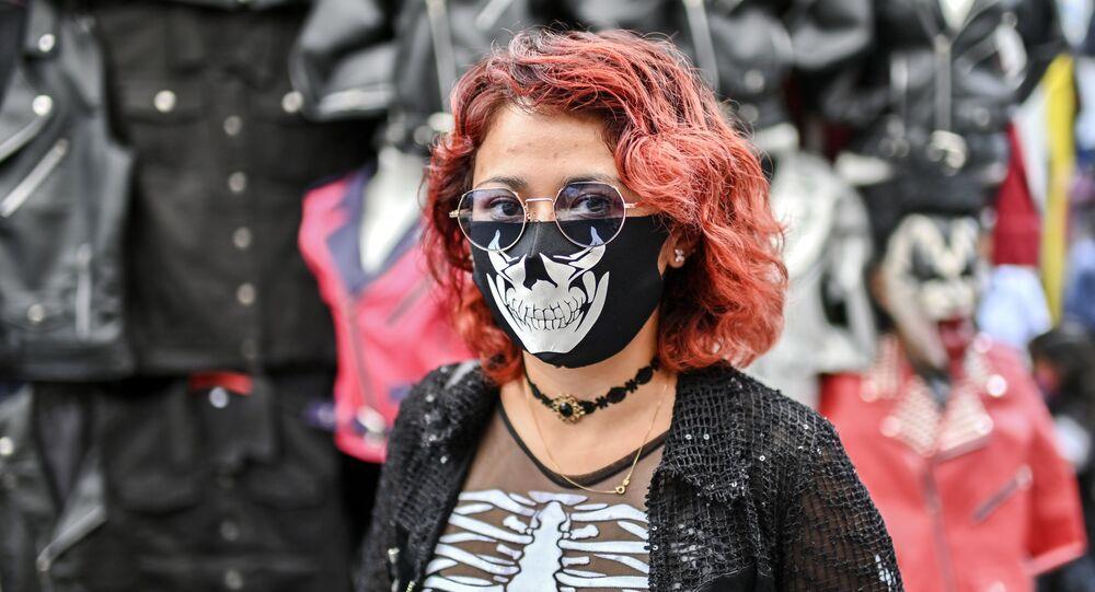 Dívka v kreativní roušce na bleším trhu El Chopo v Mexico City