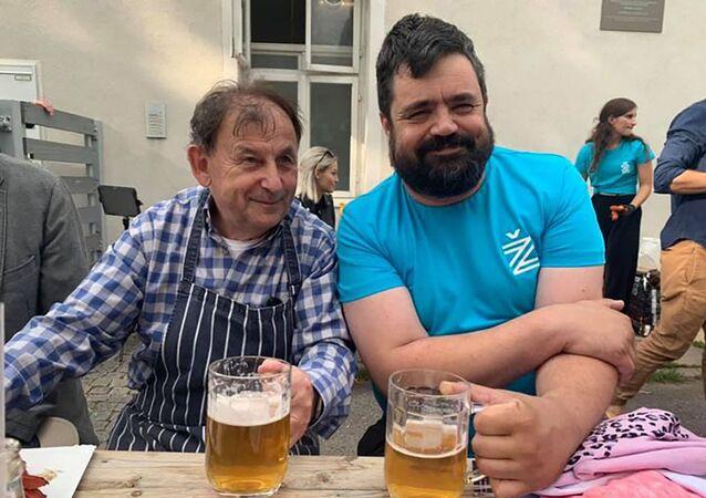 Starosta Pavel Novotný s Michaelem Žantovským sedí společně u jednoho stolu a popíjejí pivo