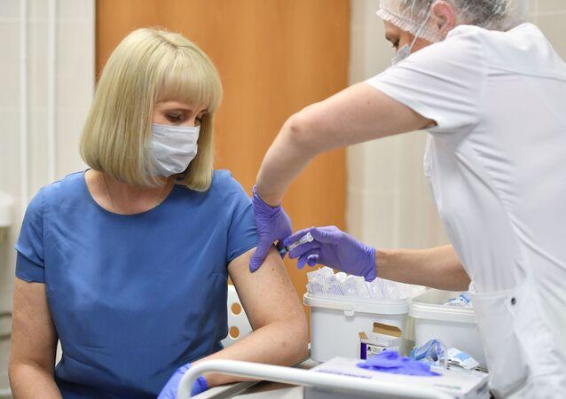 Očkování dobrovolníků ruskou vakcínou Sputnik V