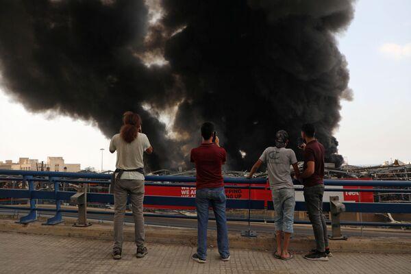 Černá obloha a štiplavý kouř: Bejrút se opět ocitl ve spárech ohně - Sputnik Česká republika