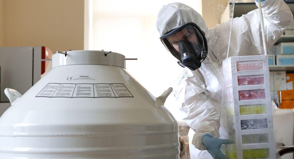 Zaměstnanec ruského národního výzkumného centra epidemiologie a mikrobiologie Nikolaje Gamaleji v laboratoři