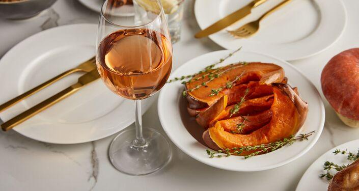 Pečená dýně a sklenka vína