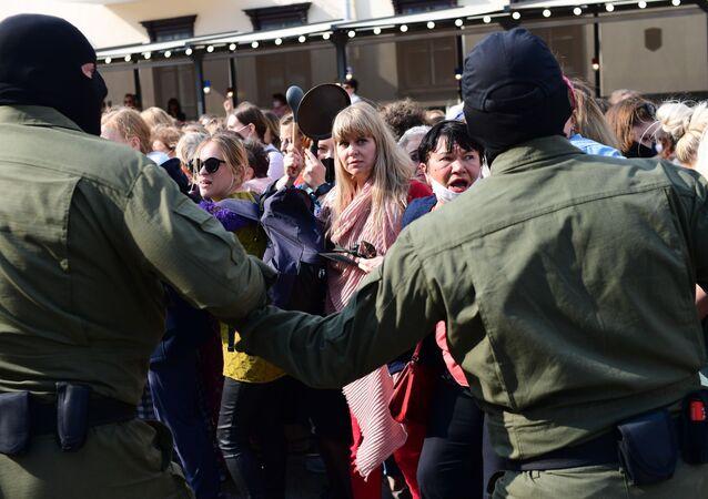 "Foto: Účastnice nepovoleného ""ženského pochodu"" v Minsku"