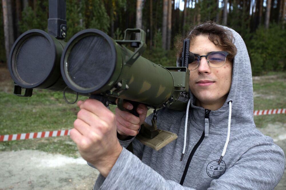 Návštěvník výstavy zbraní a vojenské techniky