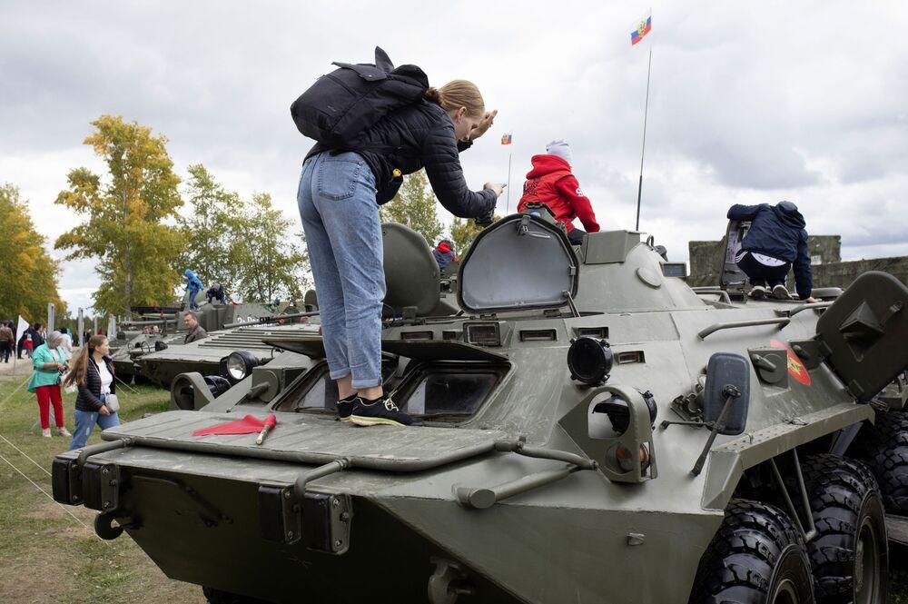 Návštěvníci výstavy zbraní a vojenské techniky během Dne tankistů