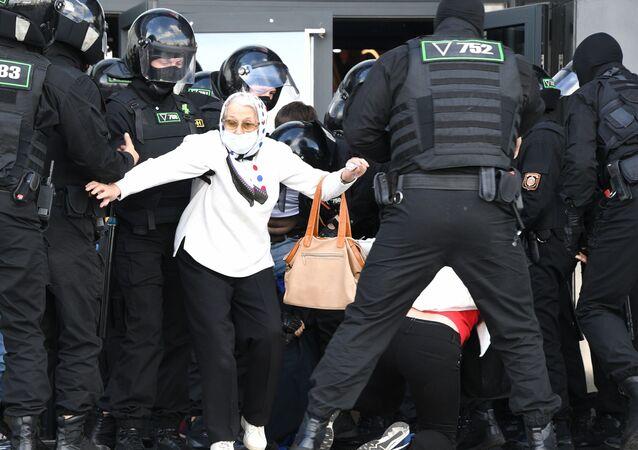 Policie zasahuje proti účastníkům nepovolené protestní akce. Minsk, Bělorusko (13.09.2020)