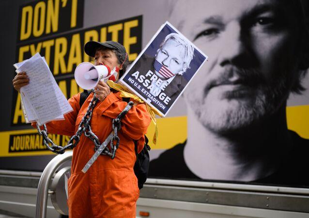 Žena protestuje za osvobození Juliana Assangeho v Londýně