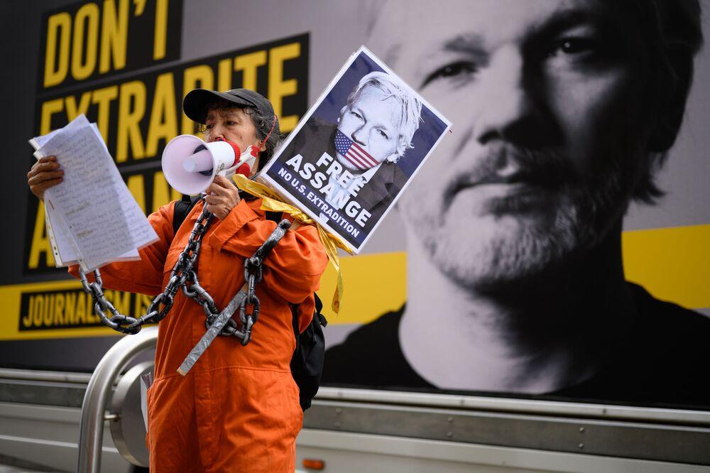 Podporovatel Juliana Assangeho na manifestaci proti vydání Juliana Assangeho v Londýně, Spojené království