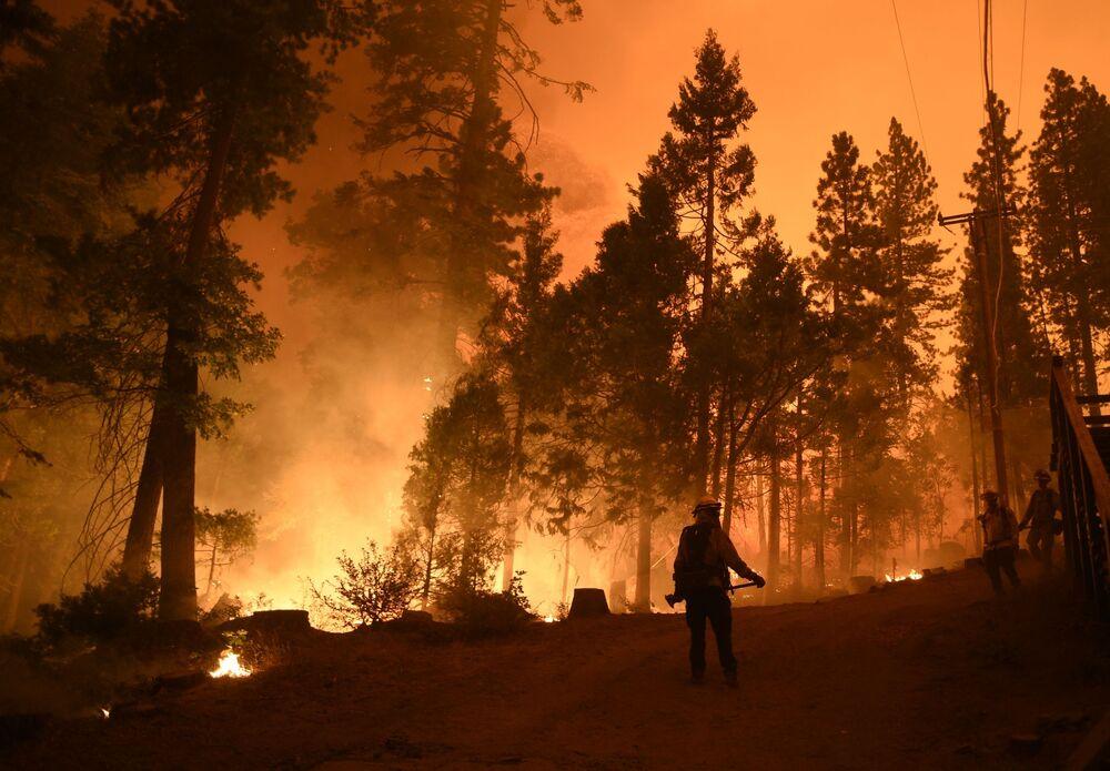 Hasiči na místě požáru v Kalifornii