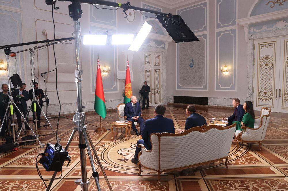 Běloruský prezident Alexander Lukašenko během rozhovoru s ruskými novináři v Paláci nezávislosti v běloruském Minsku
