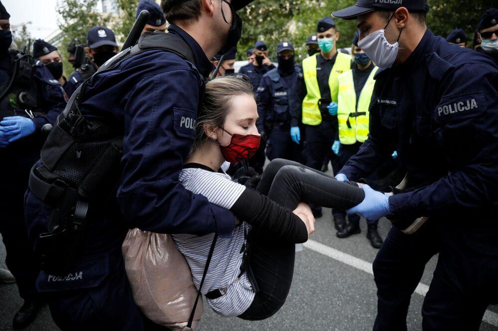 Policie zadržela účastníka protestu extremistických rebelů ve Varšavě