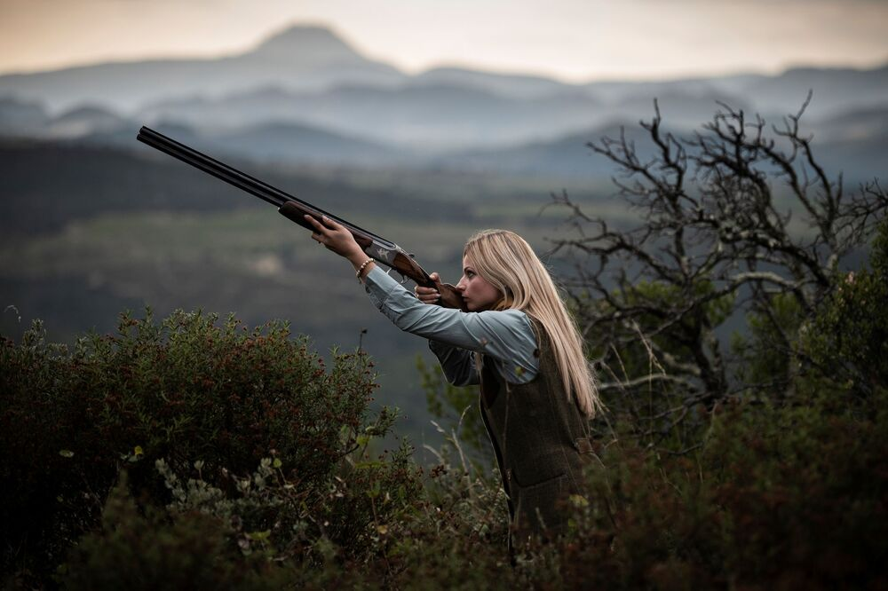 Francouzský lovec Joanna Clermont během focení na venkově poblíž Perpignanu