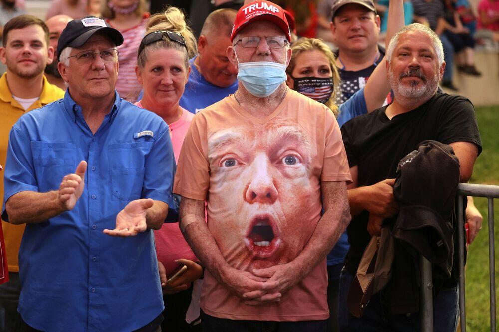 Příznivci Donalda Trumpa během jeho předvolebního projevu na letišti Smitha Reynoldse ve Winston-Salemu, USA