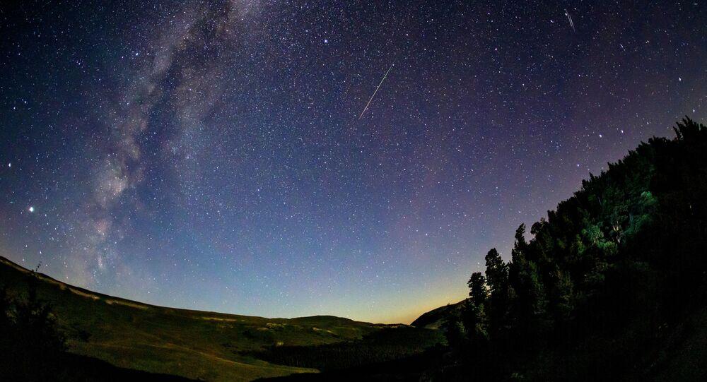Hvězdné nebe v Krasnodarském kraji během meteorického roje Perseidy