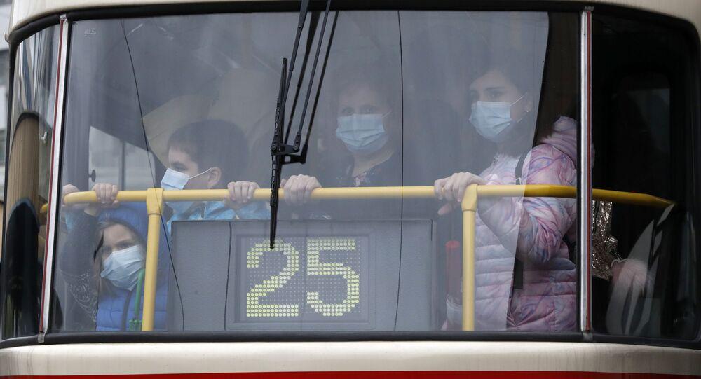 Lidé v pražské tramvaji. Ilustrační foto