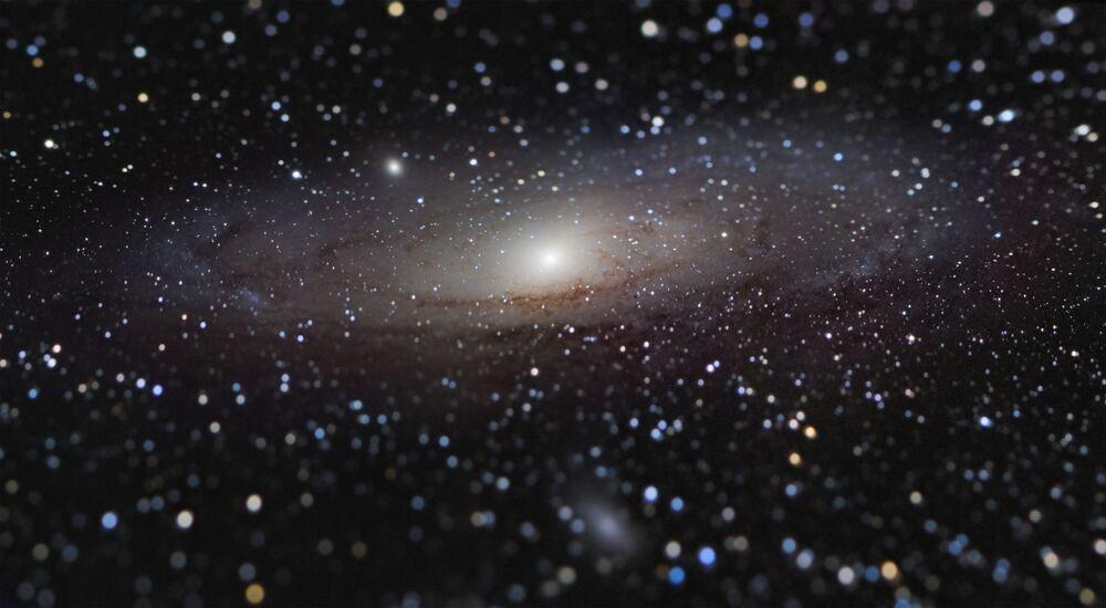 Snímek Andromeda Galaxy at Arm's Length francouzského fotografa Nicolasa Lefaudeux, který získal první místo v soutěži Insight Investment Astronomy Photographer of the Year 2020