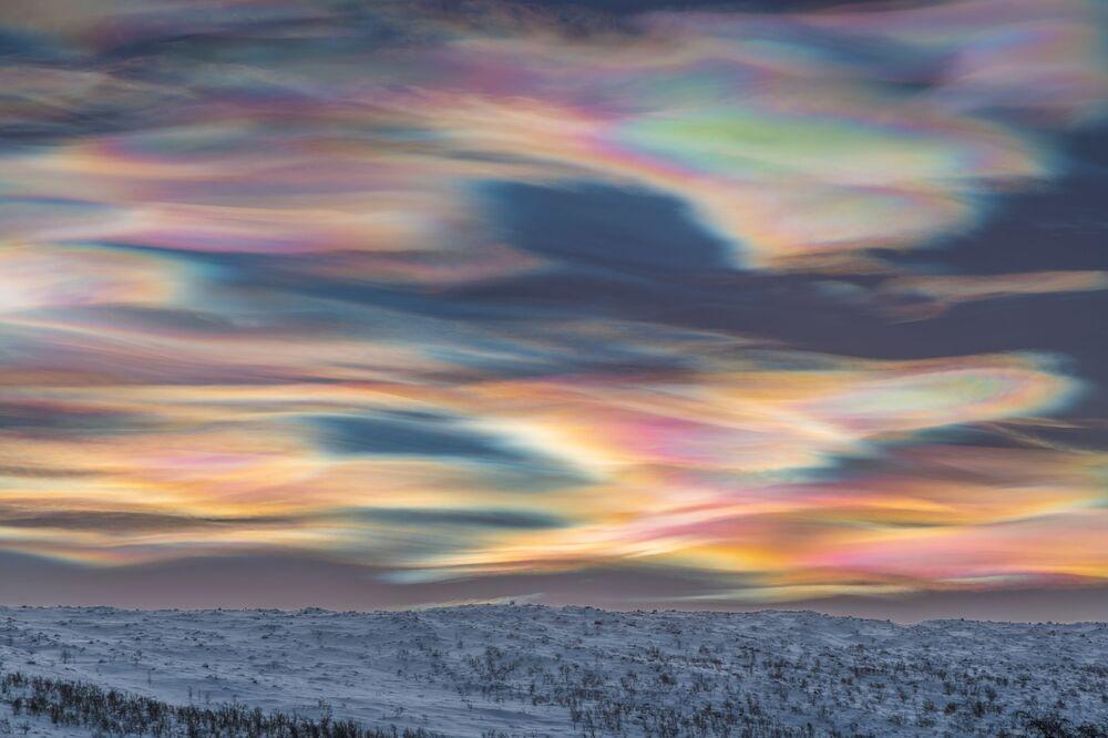 Snímek Painting the Sky německého fotografa Thomasa Kasta, který získal první místo v kategorii SKYSCAPES soutěže Insight Investment Astronomy Photographer of the Year 2020