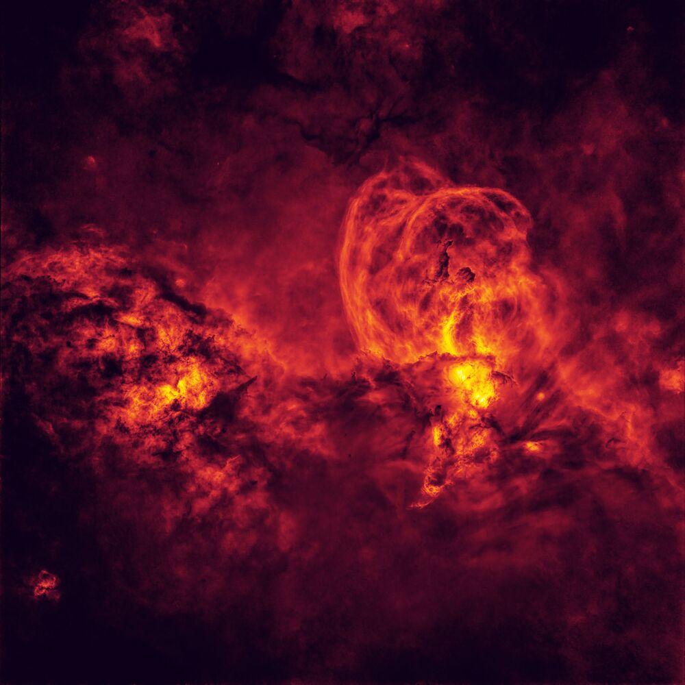 Snímek Cosmic Inferno australského fotografa Petera Warda, který získal první místo v kategorii STARS AND NEBULAE soutěže Insight Investment Astronomy Photographer of the Year 2020