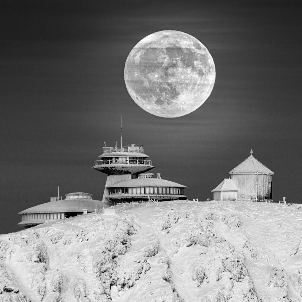 Snímek Moon Base polského fotografa Daniela Koszely, vysoce ceněný v kategorii OUR MOON soutěže Insight Investment Astronomy Photographer of the Year 2020
