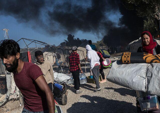 Migranti ve shořelém táboru Moria v Řecku