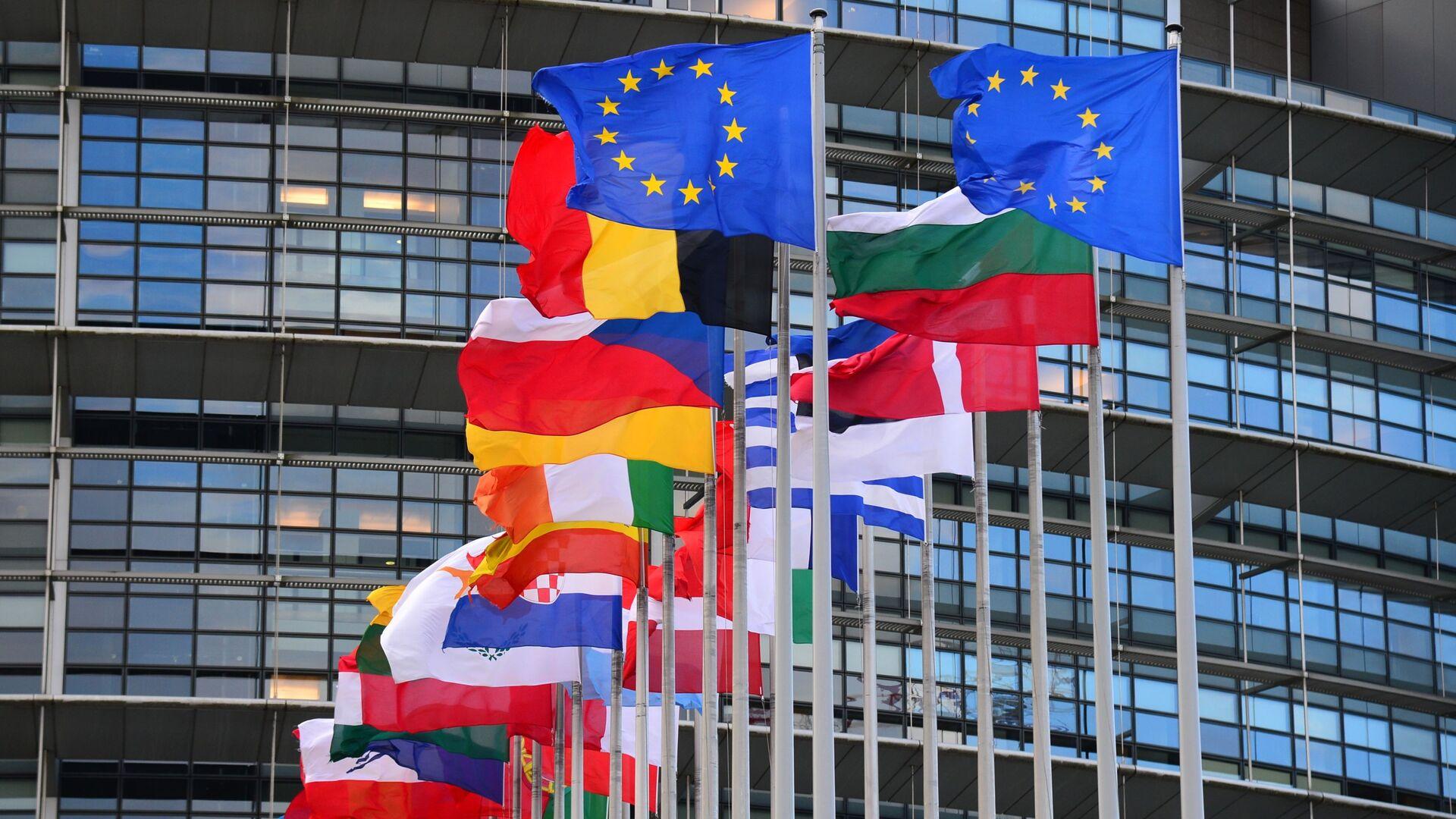 Vlajky členských zemí EU před budovou Rady Evropy v Štrasburku - Sputnik Česká republika, 1920, 21.08.2021