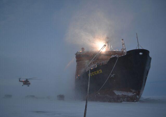 Ledoborec, který přivezl ruské polární průzkumníky do Arktidy, aby instalovali novou unášenou stanici SP-40