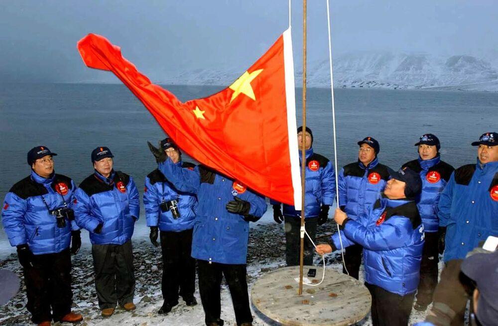 Členové čínské expedice na arktický pól vztyčují čínskou národní vlajku v Longyiru na Špicberkách v Norsku
